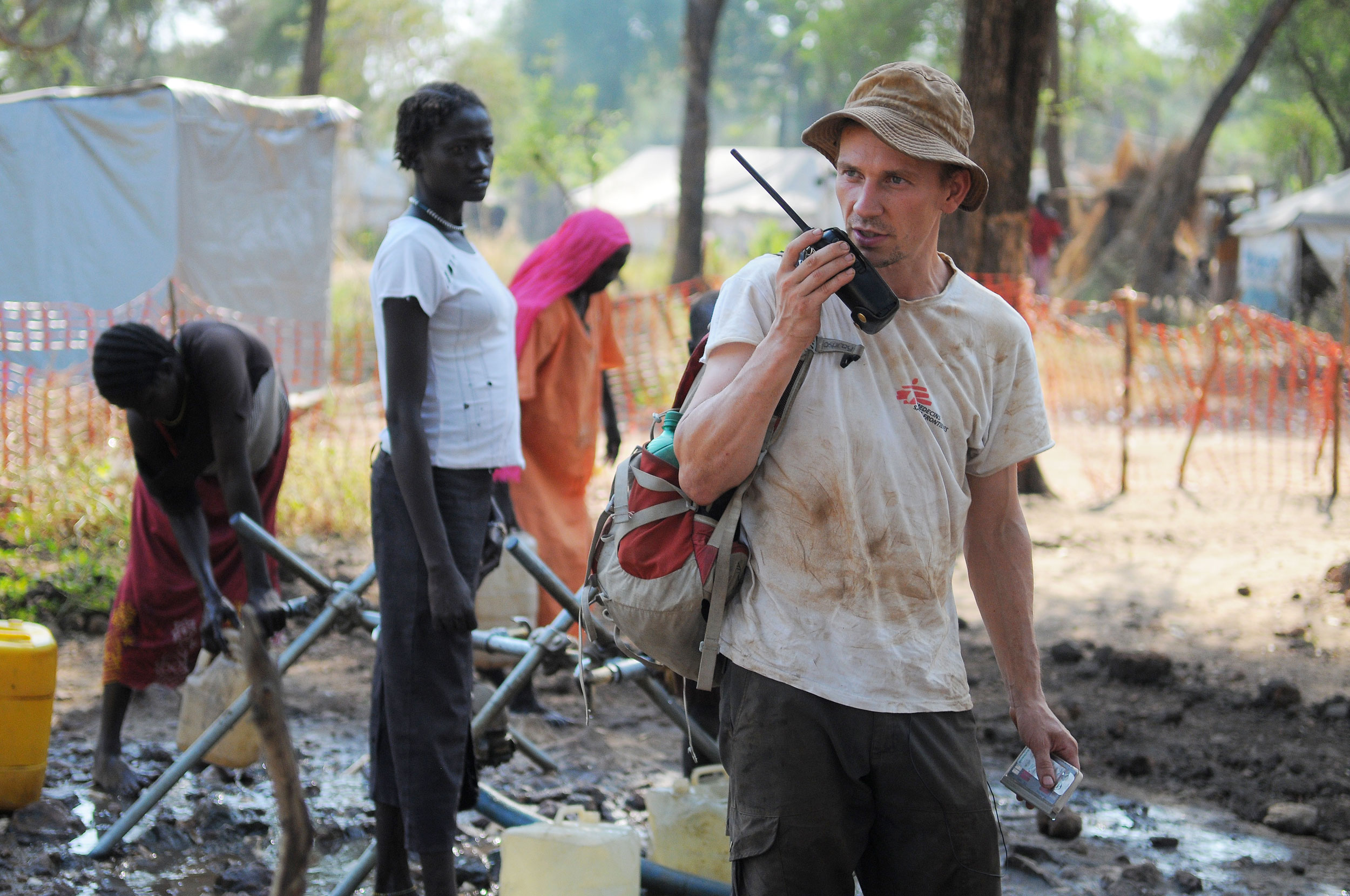 Vores vand og sanitetsekspert er med til at lave et nyt borehul for at få rent vand.